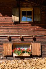 Fassade alpenländisches Bauern Haus mit Geranien