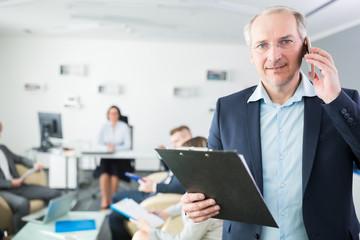 Business Berater telefoniert mit dem Smartphone