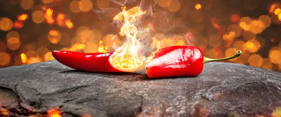 Foto op Canvas Kruiderij Feurig scharfe Chilischote mit Flamme Panorama