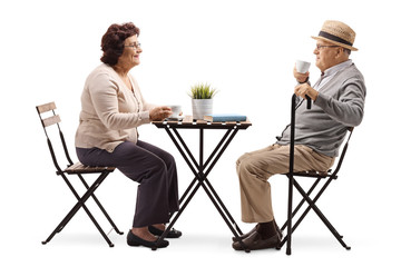 Elderly elderly couple drinking coffee at a table