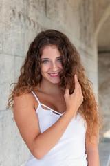 Portrait einer jungen Frau mit langen Haaren