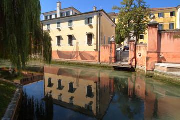 Canale con vecchi palazzi a Treviso in italia