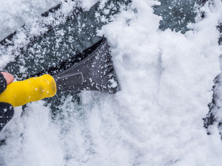 Autoscheibe vom Eis freikratzen