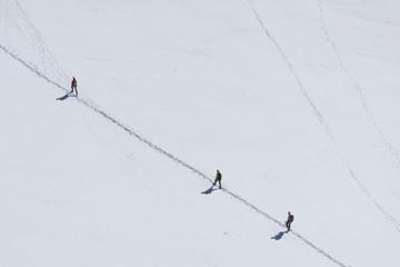 alpinisti in cordata su ghiaccio in montagna