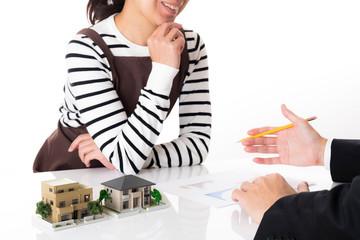 住宅の相談をする女性