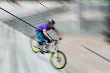 Biker rast eine Treppe runter