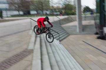 Radfahrer fährt über Treppenstufen