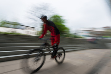 Silhouette eines Bikers in Bewegung