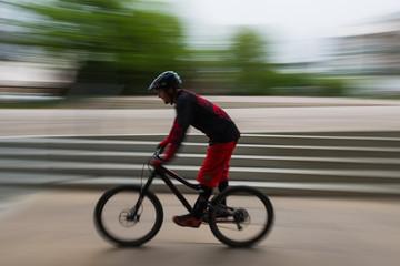 Sport-Radler trainiert in der Fußgängerzone
