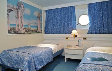 Aussenkabine mit Bullauage auf Kreuzfahrtschiff in Blau und Weiss