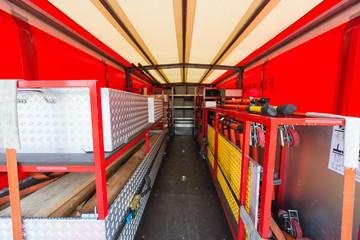 Blick in Materialwagen der Feuerwehr