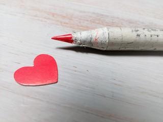 Lápiz con corazón en color rojo