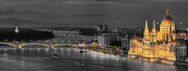 Budapest Parlament beleuchtet coloriert