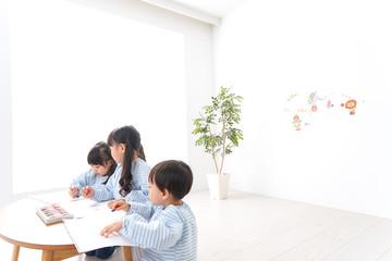 幼稚園でお絵かきをする子どもたち
