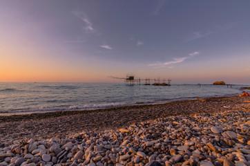 Bellissimo panorama marino con veduta di un trabucco al tramonto