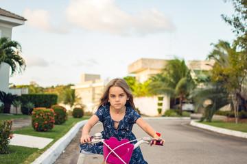 Criança brinca bicicleta correndo
