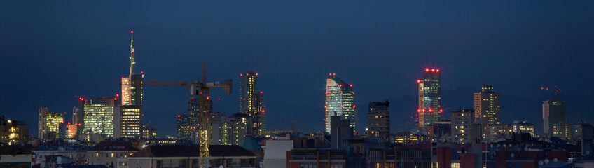 Milano di notte illuminata