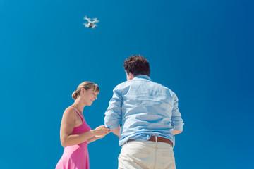 Piloten einer Drohne steuern diese zusammen