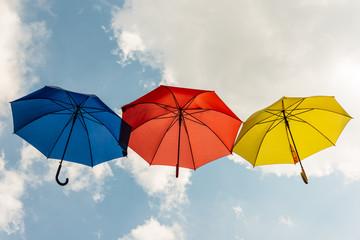 drei im Himmel fliegende Schirme