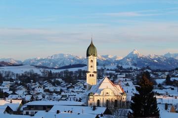 Blick auf Nesselwang im Winter mit Kirchturm, Berge im Hintergrund, Allgäu, Bayern