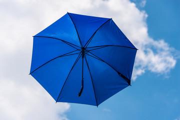 blauer Regenschirm im Himmel