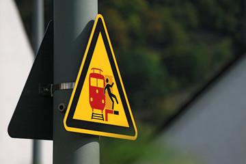 Schild zeigt Gefahr am Bahnsteig