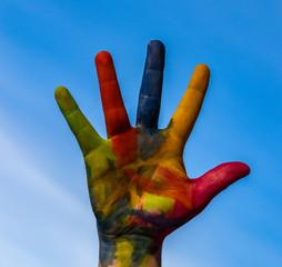 Farbige Hand am Himmel