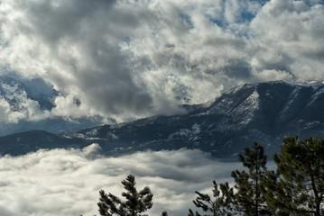 Nebbia e nuvole sul massiccio del Matese, appennino centrale italiano