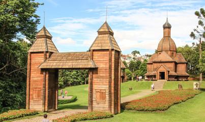 Fotoväggar - Botanischer Garten mit Holztor und Holzgebäude in Curitiba Brasilien