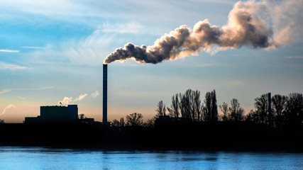 Fabrik mit rauchendem Schornstein Umwelt
