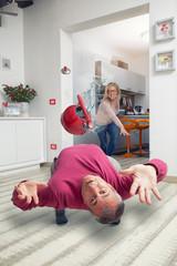 moglie arrabbiata lancia oggetto al marito che lo evita in stile Matrix