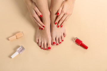 Photo sur Plexiglas Pedicure Young woman with beautiful pedicure on color background