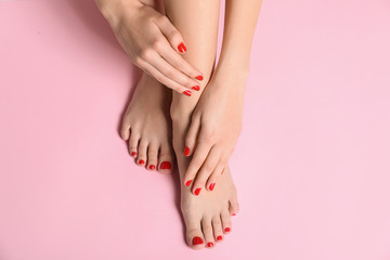 Foto op Plexiglas Pedicure Young woman with beautiful pedicure on color background