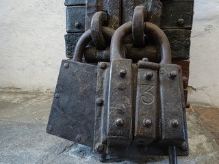 Riesiges Schloß - Riesiges altes Schloß an einer Schatztruhe.