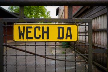 """Schild am Zaun eines Privatgrundstücks mit der Aufschrift """"wech da"""""""