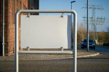 leeres weißes Schild mit Textfreiraum am Straßenrand