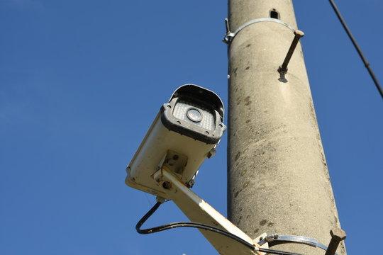 가로등 아래 감시카메라