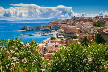 Obraz Veduta panoramica di Gaeta sul mar tirreno in estate - fototapety do salonu