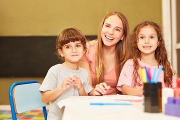 Tagesmutter zusammen mit zwei Mädchen
