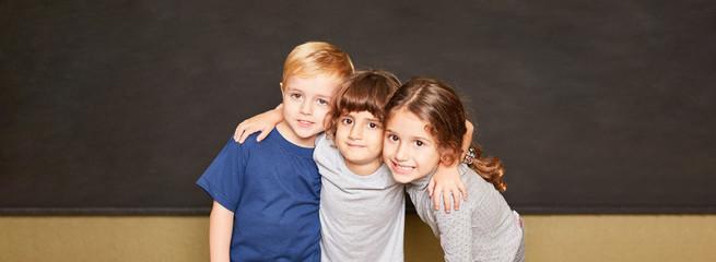 Gruppe Kinder vor Tafel in Grundschule