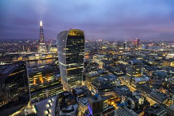 Fotomurales - Die beleuchtete Skyline von London am Abend: von der City entlang der Themse bis nach Westminster