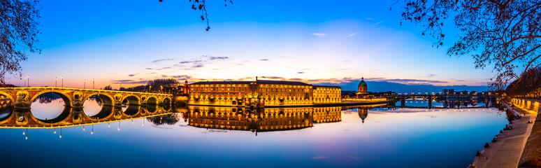 Panoramique de la Garonne à Toulouse au cocher du soleil en Occitanie, France