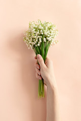 Photo sur Plexiglas Muguet de mai Woman hold in hand bouquet of lilies of the valley
