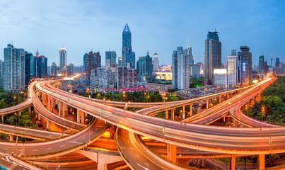 Shanghai Skyline mit Straßenkreuzung