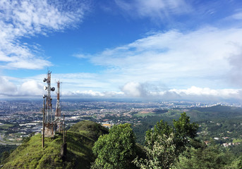 Antenas de telecom no alto do pico