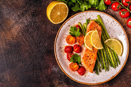 Grilled salmon with asparagus and tomatoes.