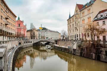 Ljubljana Stadtzentrum in Slovenion mit Fluss und zur Winterzeit