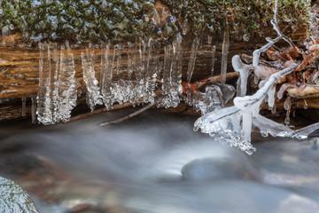 Eisskulpturen am eisigen Bachlauf