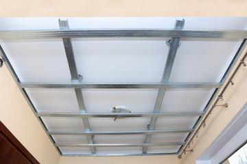 Stelaż z profili aluminiowych pod płyty gibsowo kartonowe na suficie.
