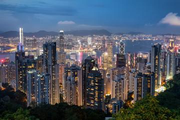 Blick auf die beleuchtete Skyline von Hongkong ab Abend